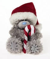 Мишка Тедди  в шапке Деда Мороза держит конфету  Me to you