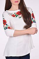 Красивая белая туника с четвертным рукавом украшена цветочной вышивкой