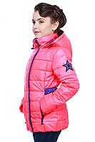 Уютная демисезонная куртка для девочки с эмблемой на рукаве