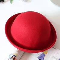 Модная шляпа котелок красная