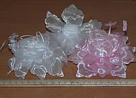 Бант в виде цветка из лепестков белого и розового цвета