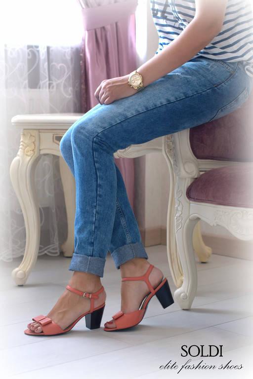 """Модель """"Каролина"""" изготовлена из кожи """"розовый коралл"""" на черной подошве."""