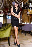 Стильное короткое женское платье на запах без рукавов украшено пуговицами габардин