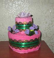 Небольшой двухъярусный торт из полотенца и текстильных салфеток