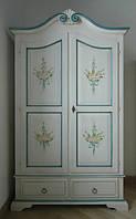 Шкаф с элементами ручной росписи из дерева