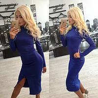 Платье ниже колена с разрезом спереди