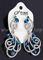 Нарядные серьги-подвески со стразами под серебро, с голубыми камнями