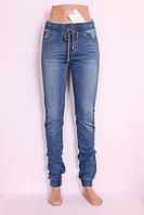 Женские джинсы на резинке в спортивном стиле