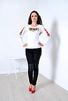 Нарядная женская блуза декорирована вышитыми полевыми цветами
