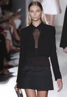 Черное платье Victoria Beckham с воланами и гипюровой вставкой на груди KM70271