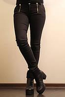 Женские черные узкие брюки.
