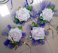 Цветы на ручки свадебного авто (белая роза+синий фатин) 4 шт.