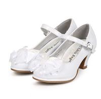 Нарядные белые лакированные туфли на каблучке