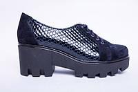 Женские туфли из лаковой синей кожи со шнурками