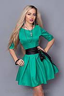 Красивое платье с кожаным поясом бирюзового цвета.