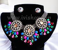 Комплект украшений колье и серьги под серебро с разноцветными камнями.