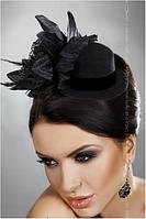 Черная шляпка с перьями