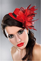 Красная шляпка с перьями