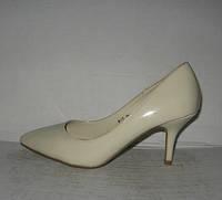 Туфли классические на низкой шпильке светло-бежевые