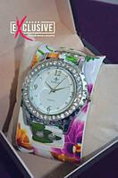 Часы с цветочным принтом.