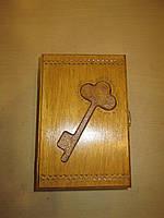 Закрытая деревянная ключница с замочком Ключ