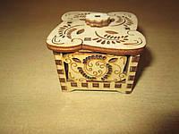 Небольшая квадратная ажурная шкатулка ручной работы из дерева