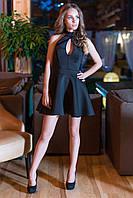 Черное платье с вырезом капелькой на груди