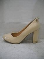 Женские лаковые туфли бежевые.