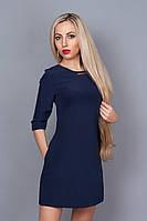 Красивое платье А-силуэта темно-синего цвета украшено фурнитурой на горловине и рукавах
