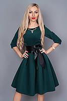 Роскошное молодежное платье с пышным низом темно-зеленого цвета золотистое украшение на груди