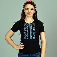 Женская футболка с коротким рукавом украшена машинной вышивкой с синим орнаментом