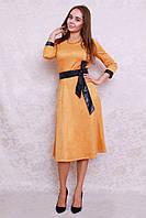 Модное платье из искуственной замши длины миди с немного расклешенной юбкой