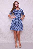 Стильное молодежное платье из трикотажа с рисунком флока и пышной юбочкой