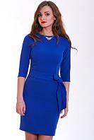 Яркое приталенное платье модного цвета электрик с пояском на талии