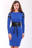Элегантное синее платье с длинным рукавом на плечах вставки из перфорированной кожи