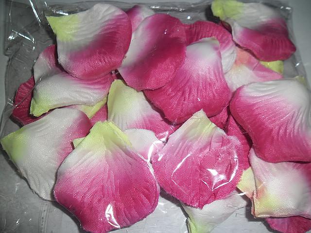 Лепестки роз искусственные бело - розовые.