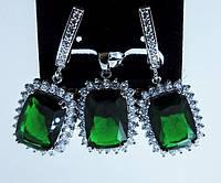 Комплект с зелеными цирконами серьги и кулон