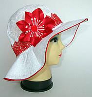 Белая шляпа с цветком