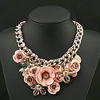 Массивное колье из цветов, нежно розовое