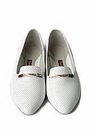 Туфли лоферы из белой перфорированной кожи с украшением