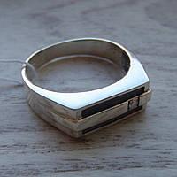 Стильная серебряная мужская печатка с фианитом