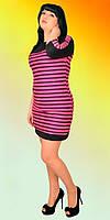 Полуприлягающее молодежное платье черное в яркими полосками