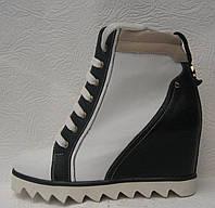 Сникерсы женские стильные на шнуровке на танкетке