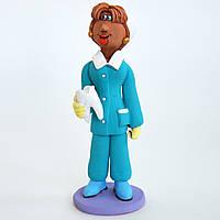 Керамическая статуэтка. Стоматолог с зубом.