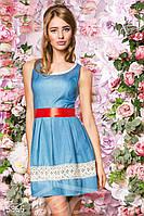 Джинсовое пышное женское платье без рукавов с контрастным атласным поясом со вставками кружева