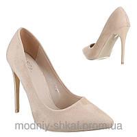 Женские замшевые туфли бежевого цвета с острым носком на высокой шпильке