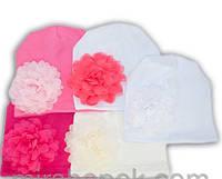Однотонная шапочка для девочек с большим цветком