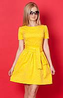 Женское летнее платье желтого цвета с коротким рукавом.