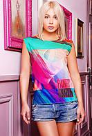 Яркая футболка свободного покроя спереди оформлена эффектным принтом девушка в очках