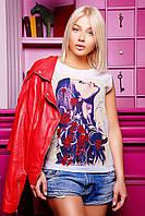 """Модная футболка белого цвета спереди оформлена дизайнерским рисунком """"Девушка в розах"""""""